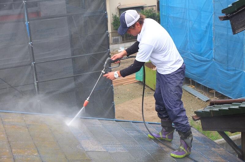 屋根の汚れやコケもきれいに洗い落とします